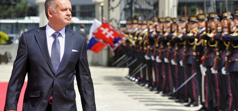 Slovenský prezident Andrej Kiska při přehlídce čestné stráže před Prezidentským palácem poté, co 15. června 2014 v Bratislavě složil přísahu a ujal se úřadu.