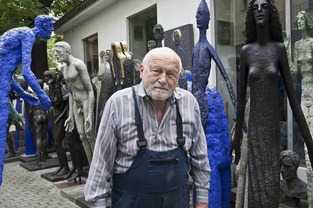 Olbram Zoubek na dvoře pražského ateliéru
