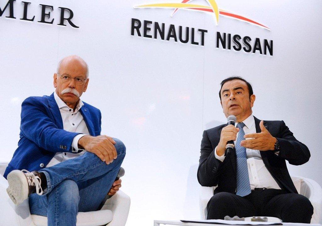 Dieter Zetsche a Carlos Ghosn na společné tiskové konferenci na pařížském autosalónu v roce 2016.
