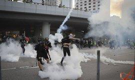 Made in USA. Hongkongská policie rozhání protesty americkým slzným plynem