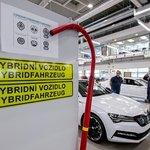 Pokud se baterie hybridního superbu nabíjí pomocí nabíjecího wallboxu, trvá nabití 3,5 hodiny