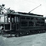 Koleje na onen svět. Pohřební tramvaj začala v Praze jezdit v říjnu 1917, aby na nově zřízené městské hřbitovy v Ďáblicích a Hostivaři vozila kupící se mrtvoly vojáků. Nejvíc v permanenci byla o rok později za chřipkové epidemie