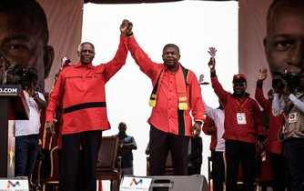 Angolský prezident Jose Eduardo dos Santos a jeho zvolený pokračovatel v úřadu Joao Lourenco manifestují po srpnových volbách jednotu