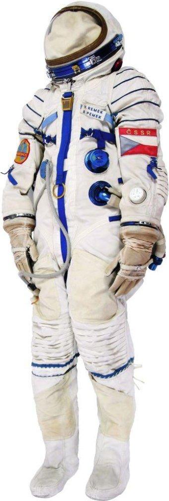 Kosmický skafandr Vladimíra Remka (1978). Skafandr vyrobili v bývalém Sovětském svazu speciálně pro let prvního československého kosmonauta. Nesl jeho jmenovku, označení státní příslušnosti, československou vlaječku a nášivku se symbolem programu Interkosmos. Skafandr chránící Vladimíra Remka při nebezpečných situacích oblékal kosmonaut pouze při dynamických operacích.