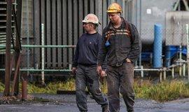 Důlní pracovníci v areálu Dolu ČSM ve Stonavě na Karvinsku, ilustrační foto