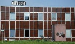 Návštěvníky, kteří přijedou do sídla Meopty do Přerova, vítá retro z 80. let. V té době zažívala továrna největší rozmach - zaměstnávala 4500 lidí a dodával pro armády celé Varšavské smlouvy.