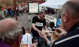 Nevládní organice rozdávají jídlo chudým v centu Athén.