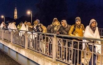 Uprchlíci překračují hranici z Rakouska do Německa. Říjen 2015. Ilustrační foto.