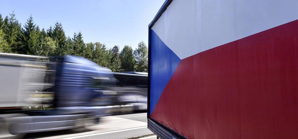 Někteří provozovatelé reklamní sdělení nahradili státní vlajkou.