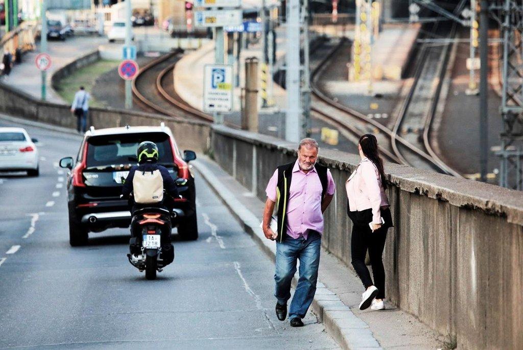 Dostat se z Vinohrad pěšky k pražskému hlavnímu nádraží chce pořádný kus odvahy. Z úzkého propojovacího chodníčku nad Muzeem lidé často padají přímo pod kola aut na magistrálu. Město proto chce zúžit jízdní pruhy na magistrále tak, aby bylo možné chodníček rozšířit. V dohledné době se ale nic nezmění.