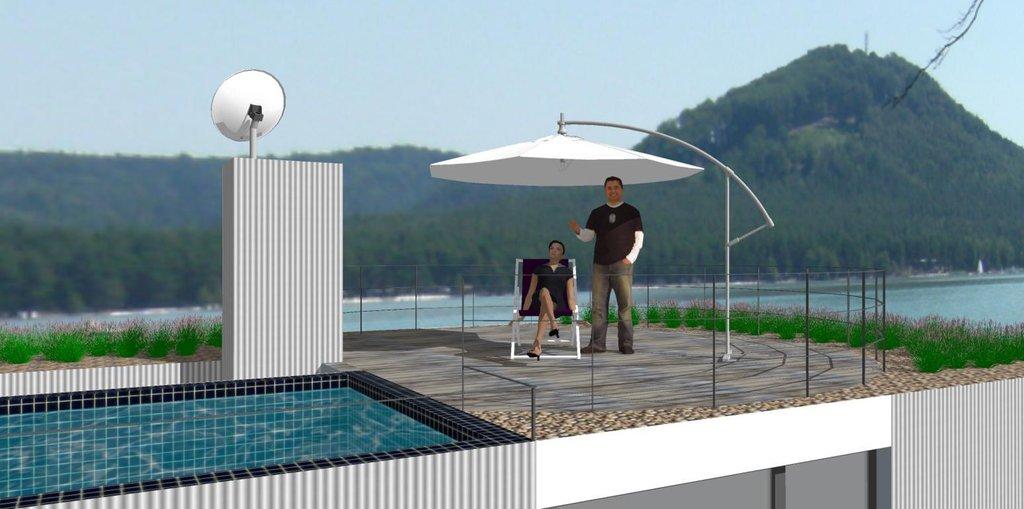 Výhled z terasy na vodní plochu.