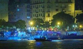 Práce záchranářů po potopení výletní lodě v Budapešti
