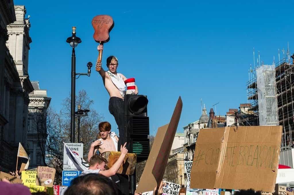 Mladí lidé protestují proti nedostatečné ochraně klimatu britské vlády v Londýně.