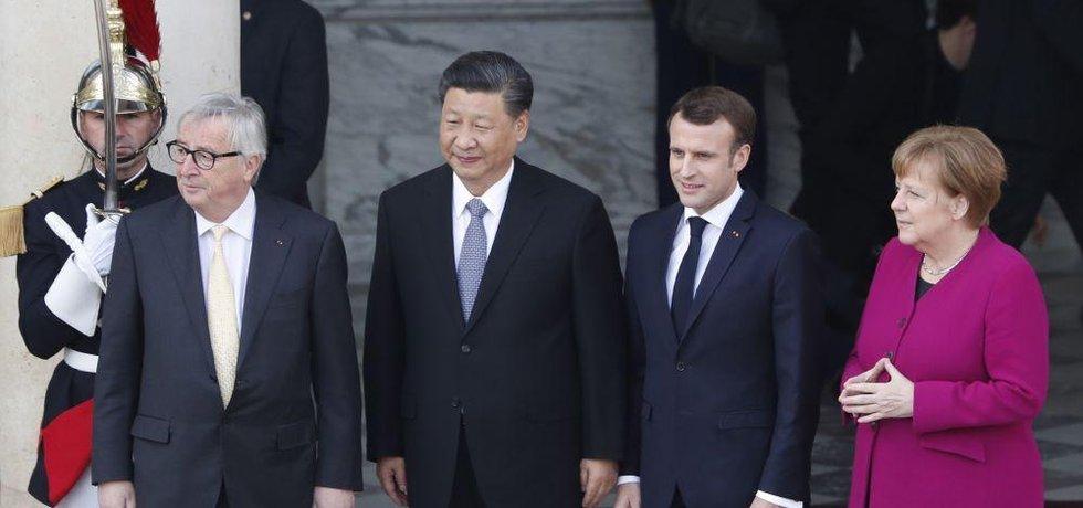 Francouzský prezident Emmanuel Macron, předseda Evropské komise Jean-Claude Juncker a německá kancléřka Angela Merkelová spolu s  čínským prezidentem Si Ťin-pchingem o