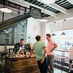 Republica Coffee, T. G. Masaryka 894/28, Karlovy Vary. Pokud vás unaví srkání horkých pramenů, kofeinovou vzpruhu v lázeňském městě nabízí Republica Coffee. Musíte ale počítat s tím, že o výběrové záchraně v moři přepálené kávy ví každý, kdo se do Varů vypraví a záleží mu na tom, jakou kávu pije. Míst je v kavárně dost, ale možná si budete muset vystát delší frontu. Na mlýnku je káva z pražírny City Roasters, která kavárnu provozuje, a odpůrce kravského mléka potěší, že si tu vyrábí vlastní mléko mandlové a trendy sledují i ve všem ostatním. Nechybí ani espreso s tonikem a filtr na led.