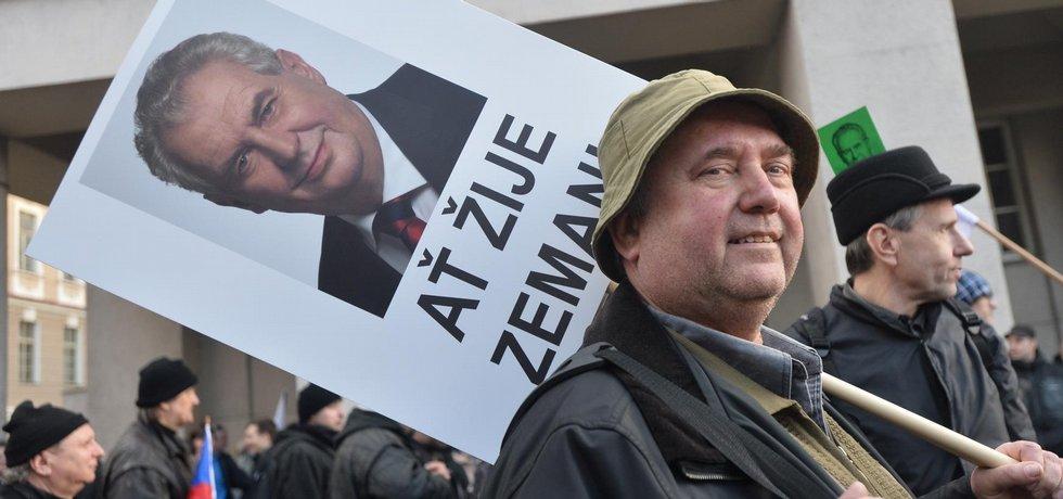 Demonstrace Bloku proti islámu na pražské Albertově za účasti prezidenta Miloše Zemana