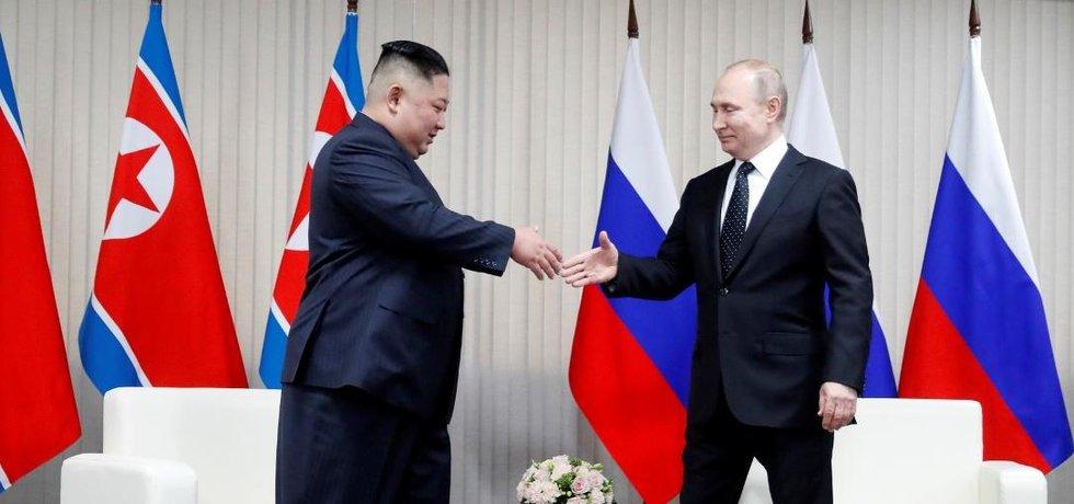 Kim Čong-un a Vladimír Putin na historicky první schůzce ve Vladivostoku.