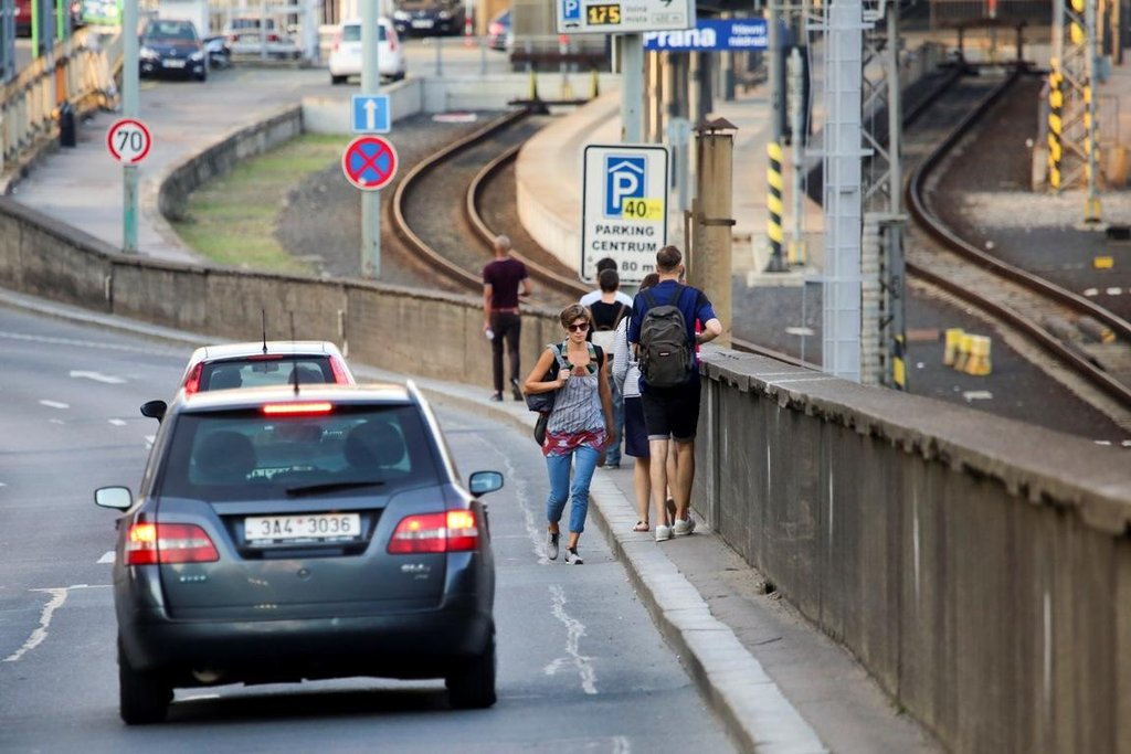 """V některých místech """"chodníčku"""" se ale vedle sebe nevejdou ani dva chodci a kufr musí většinou vláčet mezi auty po magistrále, kde řidiči nejvýše povolenou padesátikilometrovou rychlost rozhodně nedodržují."""