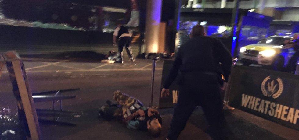 Podezřelí měli na sobě patrně atrapy vest naplněných výbušninami.