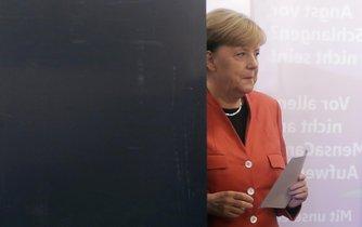 Kancléřka Angela Merkelová, jejíž konzervativní unie CDU/CSU je favoritem hlasování, volila odpoledne v centru Berlína