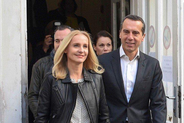 Kancléř Christian Kern (SPÖ) přichází k volební místnosti s manželkou Evelinou Steinbergerovou.