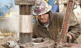 Dělníci při těžbě zemního plynu frakováním