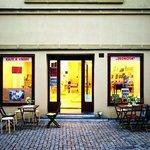 """Jednota, Pražská 158, Tábor. Tábor je natolik progresivní, že by se i Praha mohla učit. Jakkoli to zní klišovitě, není to o slepém následování trendů, je to o lidech, kteří svoji práci dělají s láskou. Jarním přírůstkem na táborské gastronomické scéně je Jednota, která nabízí """"kafe a knihy"""". Kavárenští povaleči mají knihy rádi, tak proč toho nevyužít a nespojit výběrovou kávu s výběrovou četbou, přednáškami a setkáváním stejně smýšlejících lidí. Jednota je na frekventované ulici, kde najdete i jiná táborská gastronomická """"nej"""", otevřeno má i o víkendu a vřele ji doporučujeme vaší pozornosti. Skvělou zmrzlinu si můžete dát v cukrárně hned naproti nebo se naobědvat v pravděpodobně jediné ujgurské restauraci u nás."""