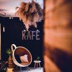 """Pikola, Polská 3, Šumperk. Jedna z nejkrásnějších kaváren u nás a horký kandidát na umístění v příštím vydání naší gastronomické ročenky je Pikola. Okouzlí vás interiérem, roztomilou zahrádkou i detaily, jako jsou lahve na vodu. Všechno je tu promyšlené a přívětivé k hostům i životnímu prostředí. Takže pokud chcete vidět opravdický """"Šumperák"""" v jeho přirozeném prostředí a k tomu navštívit kavárnu, ve které funguje vše od designu, přes kávu a jídlo až po obsluhu, nezbude vám než se vypravit do Šumperka. Z Prahy se to dá vlakem zvládnout za dvě a půl hodiny a stojí to za to. Kdybyste si z našeho kávového průvodce měli vybrat jen jedno místo k návštěvě, ať je to Pikola."""