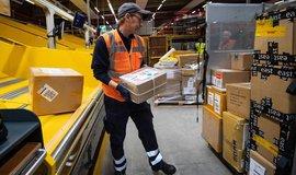 Pracovník Deutsche Post DHL Group, ilustrační foto