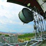 Kvůli vzletovému a přistávacímu koridoru letiště ve Kbelích byla výška telekomunikační věže omezena přibližně na 83 metrů (95 metrů s anténním nástavcem