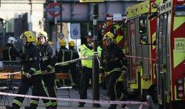 Londýnští policisté a hasiči se po teroristickém útoku v metru na místě starají o bezpečnost