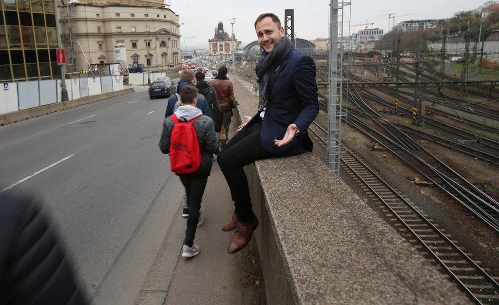 Oblíbený chodníček nad Muzeem: lidé tu padají přímo na magistrálu