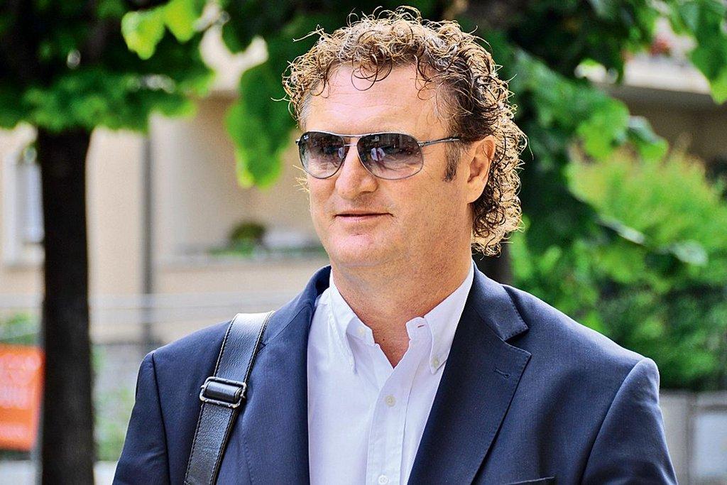 Jiří Diviš (57) - V roce 1979 emigroval tento bývalý basketbalista do Švýcarska, kde vystudoval práva a začal pracovat v investičním poradenství. V 90. letech v Česku zastupoval švýcarskou společnost Investenergy, která skupovala akcie MUS pro Appian Group. V letech 1998-2002 byl členem dozorčí rady MUS. Coby vrcholný manažer Appianu byl Diviš v roce 2003 vyslán do dozorčí rady Škoda Holdingu a v roce 2010 se stal jedním ze čtyř spolumajitelů Škody Transportation. Bydliště má v Monaku. Jeho jméno figuruje ve statutárních orgánech několika českých firem (například Loterie Korunka). Podle švýcarské prokuratury byla pro aktivity obžalovaných v kauze MUS klíčová právě Divišem založená společnost Investenergy vytvořená ve Fribourgu, přes kterou šly peníze na soukromé účty obžalovaných.