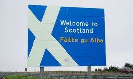 """""""Vítejte ve Skotsku"""", vítá dvoujazyčná cedule na řidiče jedoucí po dálnici A1"""