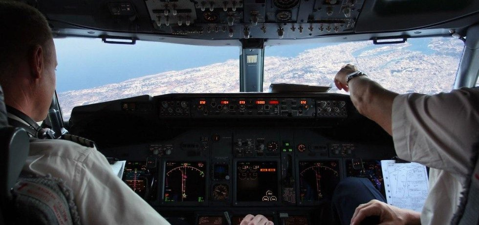 Piloti v kokpitu, ilustrační foto