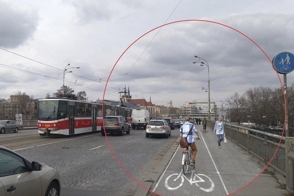 Štvanice. Opravit chodník, namalovat cyklopruh – stačí málo a podmínky pro neautomobilový pohyb po mostě se podle architektů výrazně zlepší