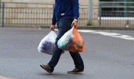 Británie chce zdvojnásobit poplatek za jednorázové plastové tašky, ilustrační foto