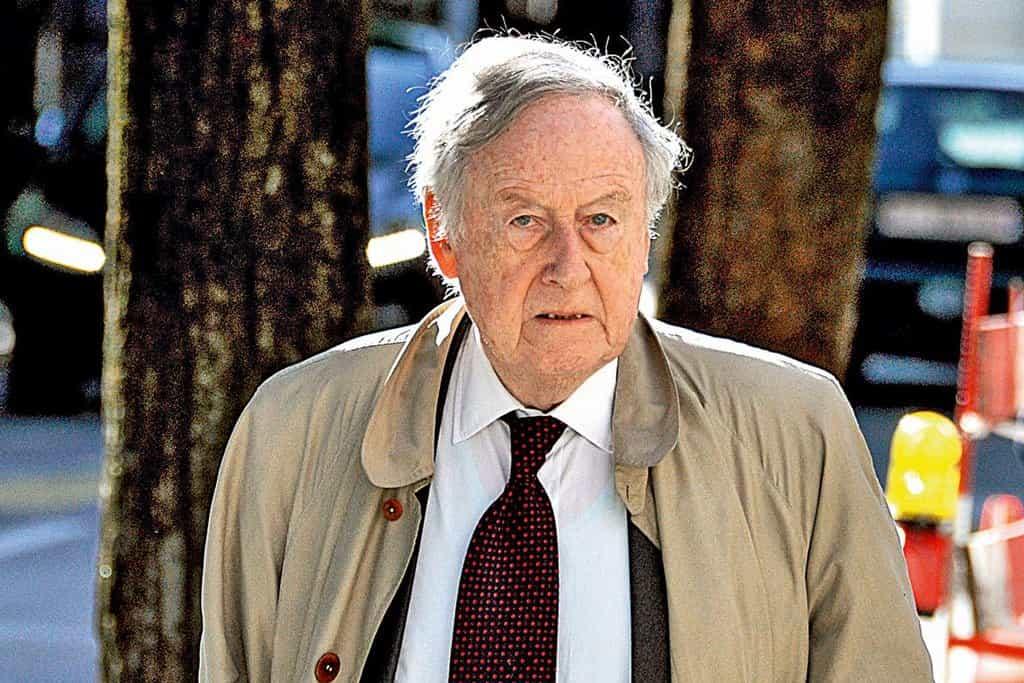 Jacques de Groote (86) - Bývalý vysoký manažer Světové banky a Mezinárodního měnového fondu (MMF). V lednu 2003 týdeník Ekonom napsal, že Grooteho působení v MMF bylo problematické, a že kvůli němu tato organizace přijala ustanovení o střetu zájmů. V polovině 90. let byl zakladatelem Appian Group, která ovládla MUS, a v jejímž čele Groote stál podle dostupných informací do jara 2003. Fakt, že se o privatizaci dolů začala zajímat švýcarská policie, souvisel podle deníku Dnes s udáním, které na Grooteho pro jeho údajný milionový dluh podala švýcarská společnost Conseil Alain Aboudaram.