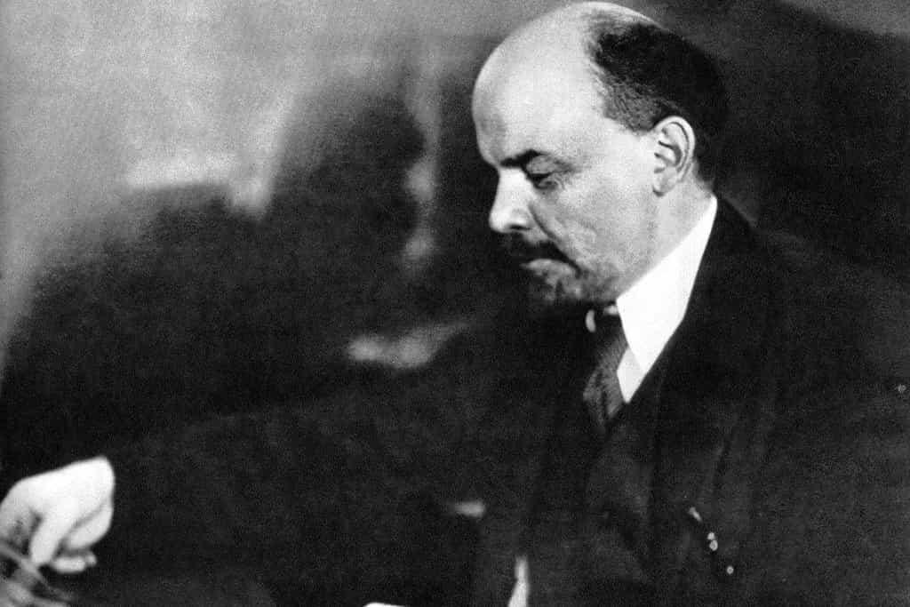 Vladimir Iljič Lenin vedl Velkou říjnovou socialistickou revoluci. Na jeho návrh se generálním tajemníkem bolševiků stal Josif Stalin. Později tohoto rozhodnutí litoval.