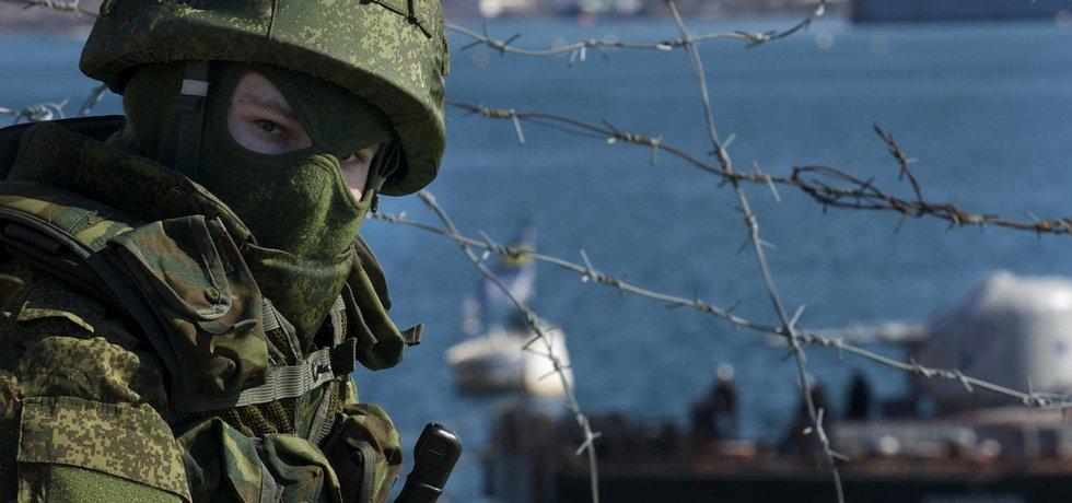 Ruský voják kontroluje přístav Sevastopol