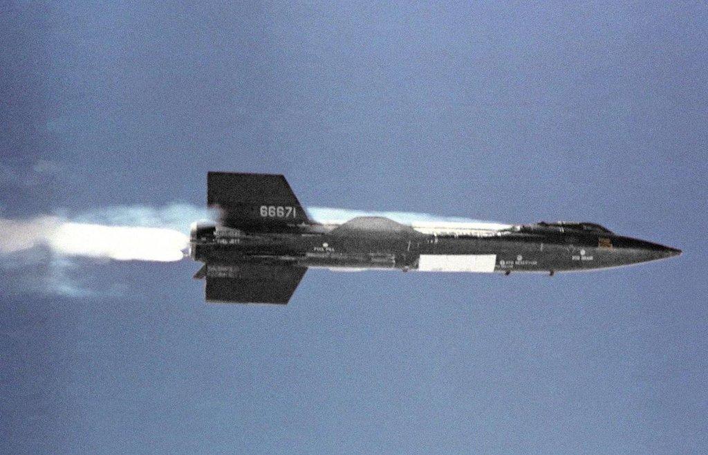 Hypersonický experimentální letoun North American X-15. Od 60. let 20. století drží rychlostní rekord pilotovaného letadla 6 Machů.