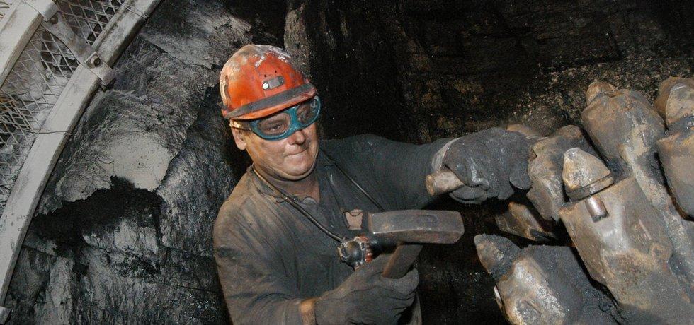 Horník při práci v dole Darkov, ilustrační foto.
