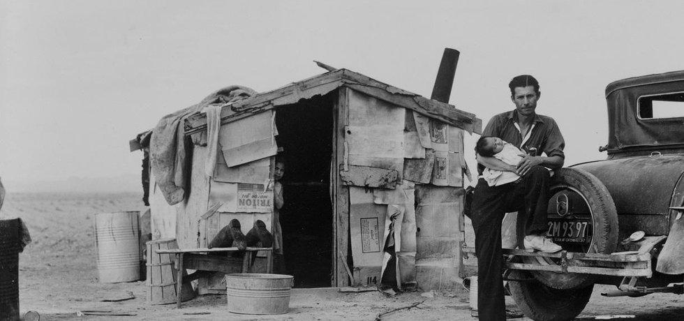 Ve 30. letech dvacátého století zasáhla americké Velké pláně klimatická katastrofa, která uvedla do pohybu statistíce zbídačených lidí.