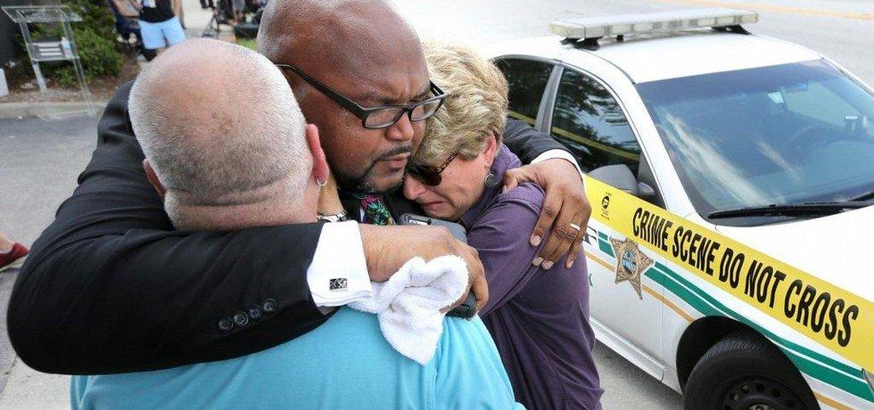 Střelba v nočním klubu v Orlandu na Floridě si vyžádala 50 mrtvých včetně útočníka a 53 zraněných.