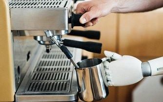 Konkurence pro baristy. Robot připravuje kávu, ilustrační foto
