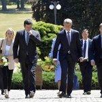 Jan Hamáček a Andrej Babiš odcházejí ze schůzky s prezidentem Milošem Zemanem v Lánech
