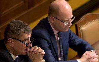 Ministr financí Andrej Babiš (vlevo) a premiér Bohuslav Sobotka při mimořádné schůzi Sněmovny ke kauze Čapí hnízdo