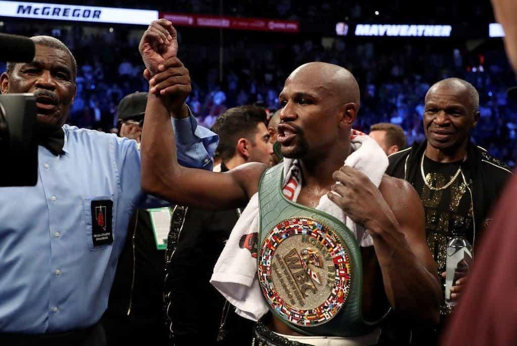 1. Floyd Mayweather (box) – 285 milionů dolarů. Americký boxer hladce porazil McGregora, vydělal si tím šest miliard a s bilancí 50:0 už prý definitivně ukončil kariéru.