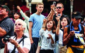 V přeplněném centru Prahy se turistický ruch v Česku dostává na samou hranici