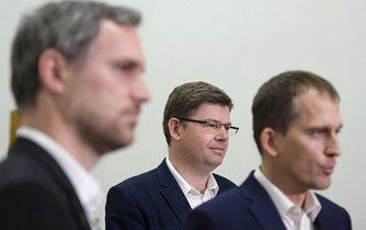 Lídr Pirátů Zdeněk Hřib (vlevo), předseda TOP 09 a lídr Spojených sil pro Prahu Jiří Pospíšil (uprostřed) a lídr Prahy Sobě Jan Čižinský